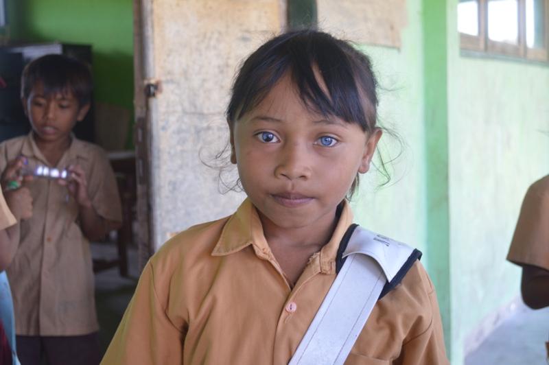 gadis kecil bermata biru