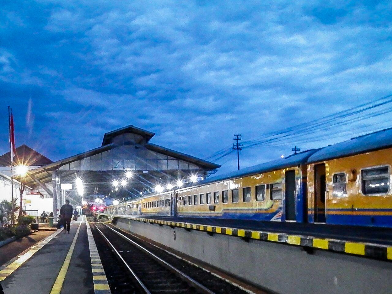 Menjelang Fajar di Stasiun Lempuyangan