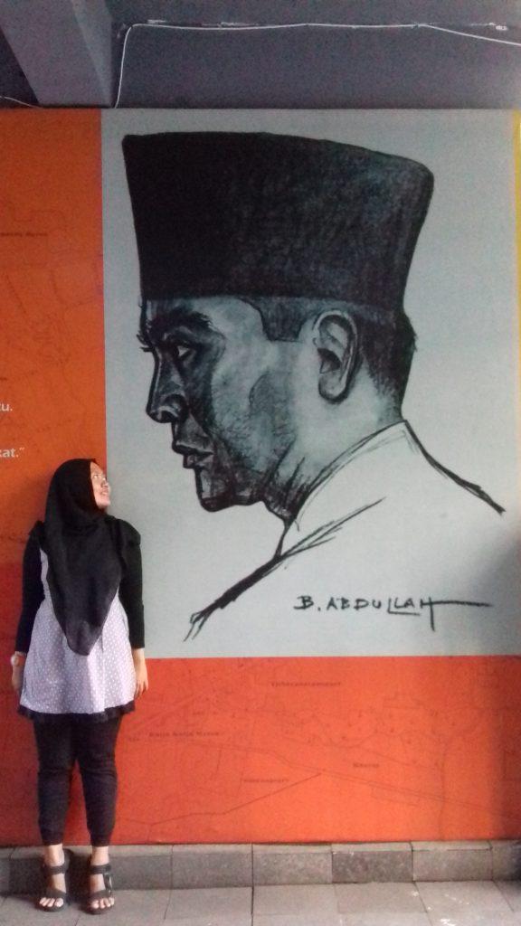 Bhekti di depan lukisan Soekarno Karya Basuki Abdullah
