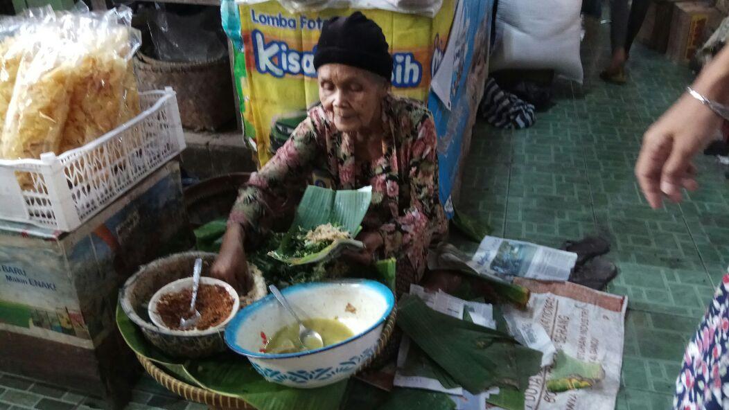 Si Mbah Penjual Pecel Pincuk di Pasar Legi Kotagede