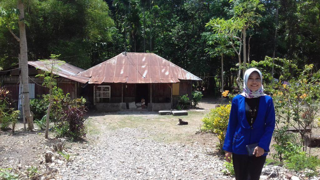 Berpose di depan rumah penjual madu di Desa Loli