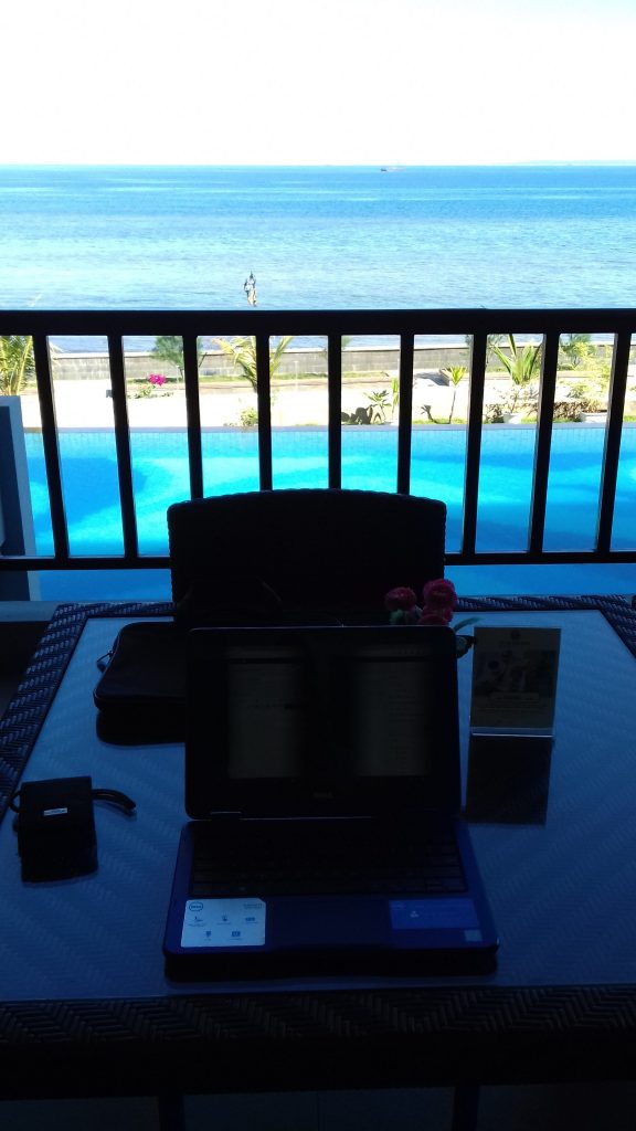 Ngeblog di Lobby Swimming Pool
