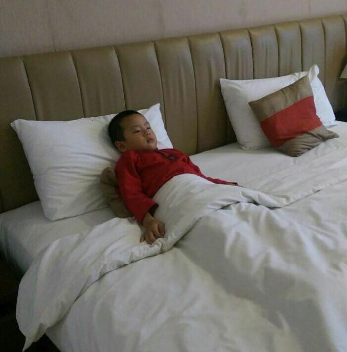 Shakti yang lagi bergaya di tempat tidur, nggak mau pulang